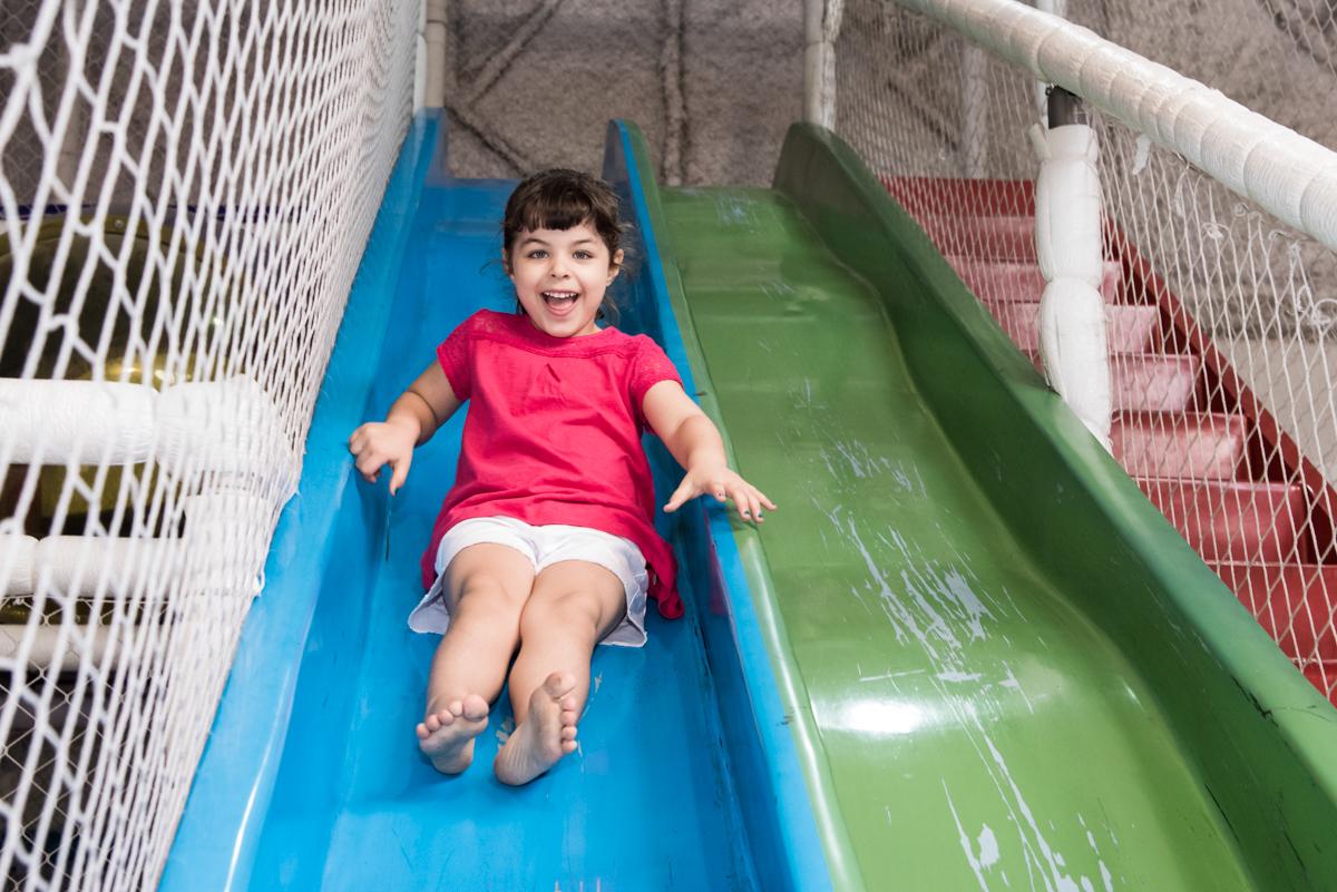 descendo no escorregador no Buffet Fabrica da Alegria, Osaco, São Paulo, aniversário de Rafaela 5 anos tema da festa Moana
