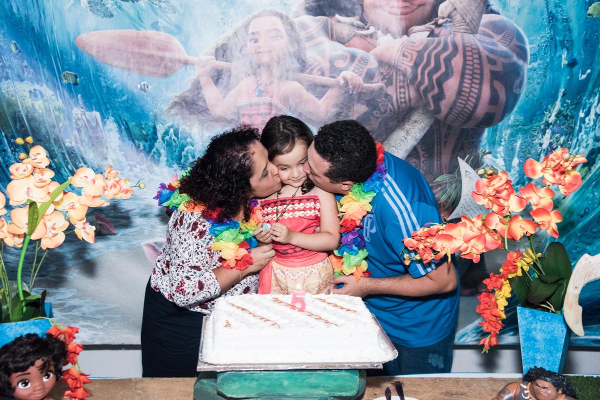 beijo sanduiche na aniversariante no Buffet Fabrica da Alegria, Osaco, São Paulo, aniversário de Rafaela 5 anos tema da festa Moana
