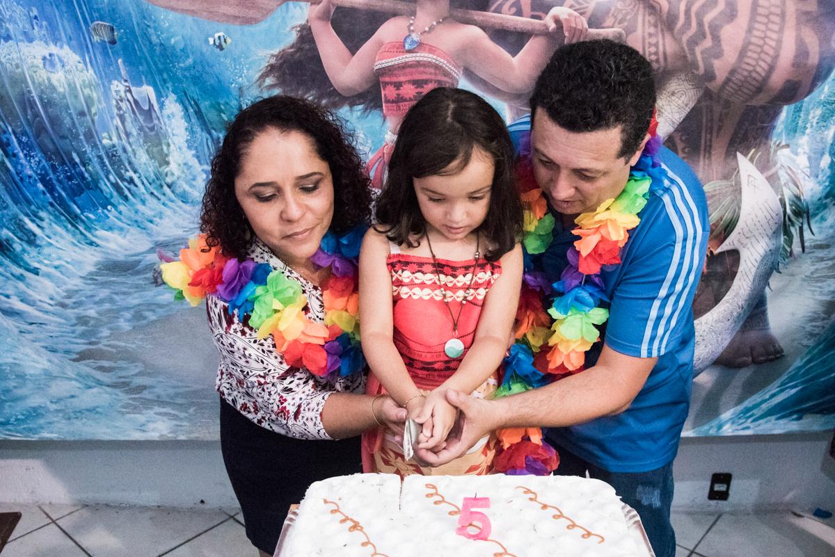 cortando o primeiro pedaço de bolo no Buffet Fabrica da Alegria, Osaco, São Paulo, aniversário de Rafaela 5 anos tema da festa Moana