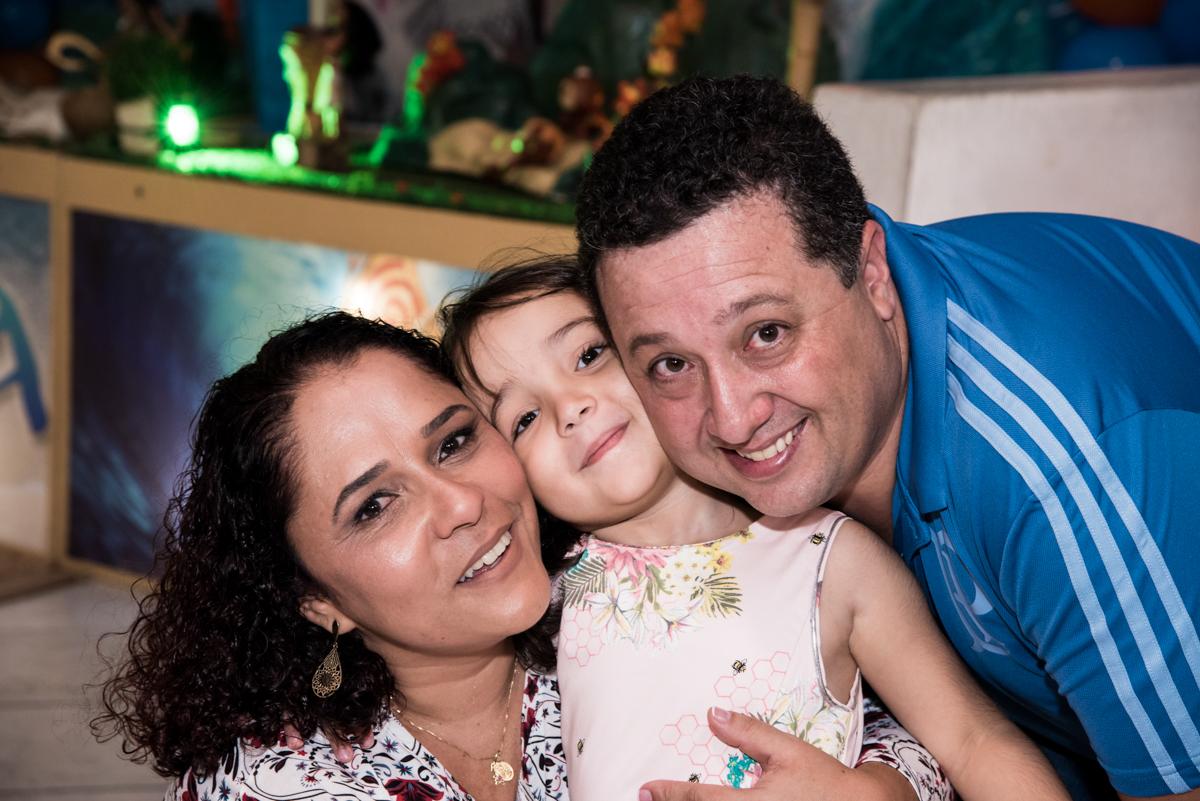 foto com os pais no Buffet Fabrica da Alegria, Osaco, São Paulo, aniversário de Rafaela 5 anos tema da festa Moana