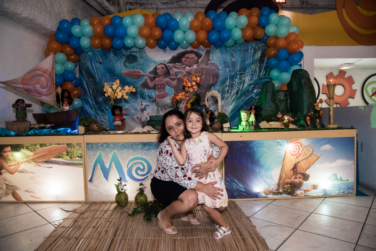 foto aniversariante com a mãe no Buffet Fabrica da Alegria, Osaco, São Paulo, aniversário de Rafaela 5 anos tema da festa Moana