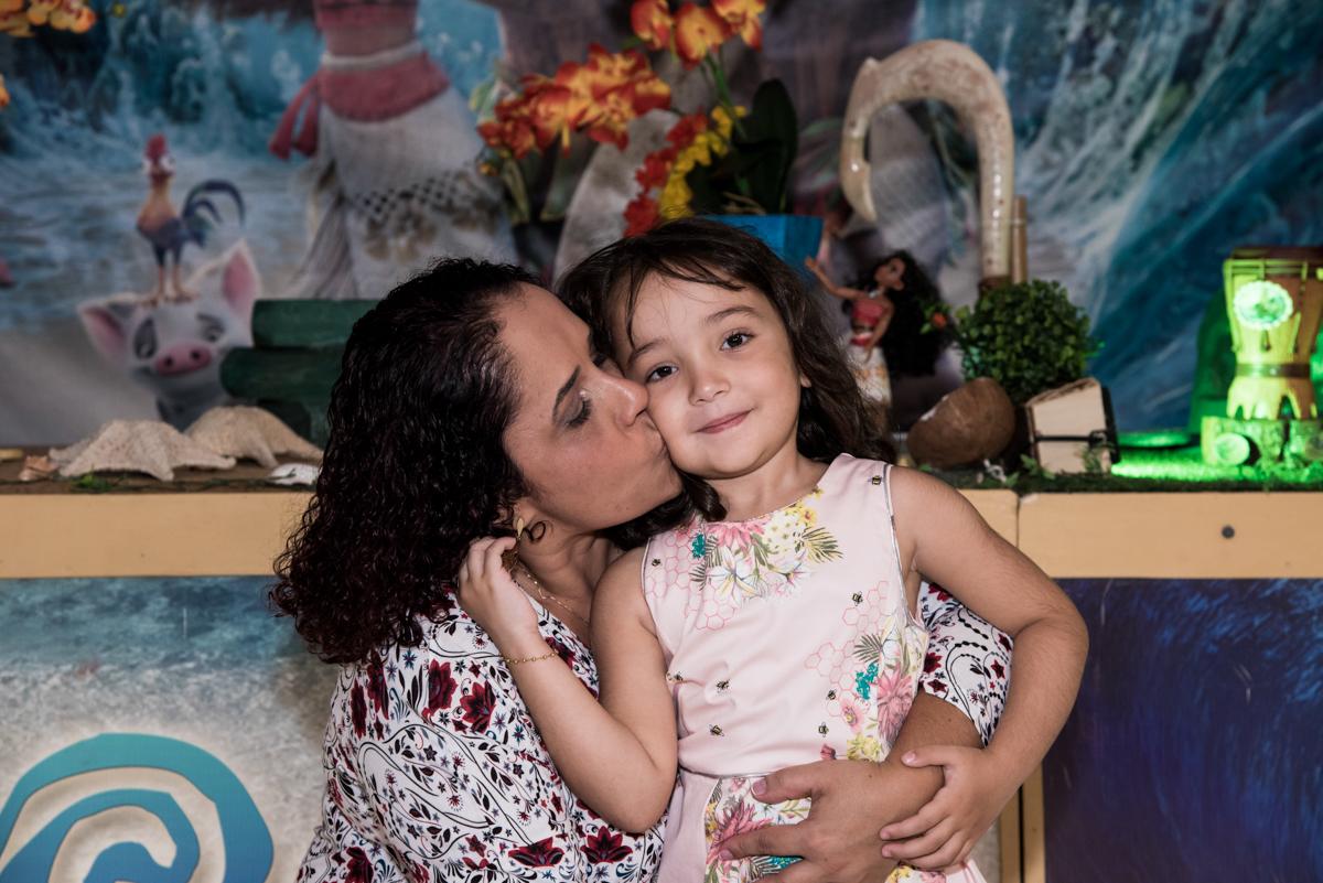 beijo da mamãe no Buffet Fabrica da Alegria, Osaco, São Paulo, aniversário de Rafaela 5 anos tema da festa Moana