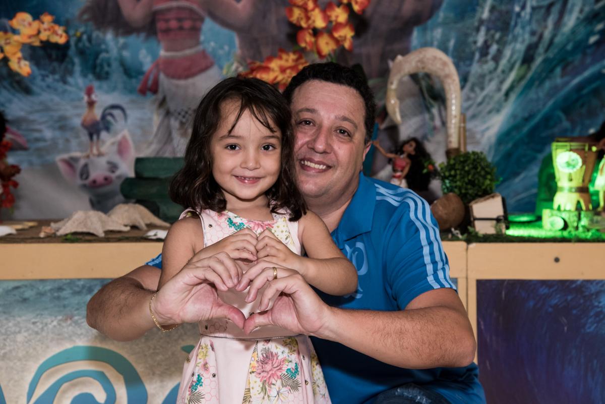 fazendo coração para a foto no Buffet Fabrica da Alegria, Osaco, São Paulo, aniversário de Rafaela 5 anos tema da festa Moana