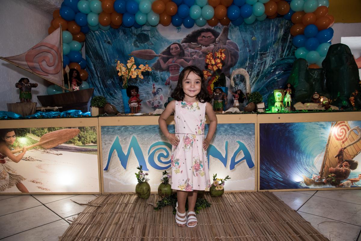 posando para a foto como uma princesa no Buffet Fabrica da Alegria, Osaco, São Paulo, aniversário de Rafaela 5 anos tema da festa Moana