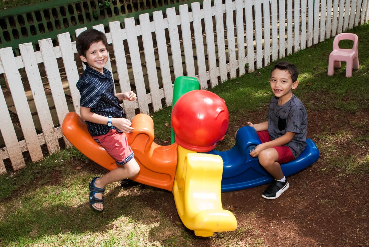 brincando no play ground no Buffet Grand Kid's, Cotia São Paulo, aniversário de Joseph 1 ano, tema da festa páscoa