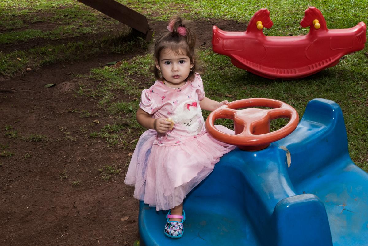 brincando no brinquedo divertido no Buffet Grand Kid's, Cotia São Paulo, aniversário de Joseph 1 ano, tema da festa páscoa