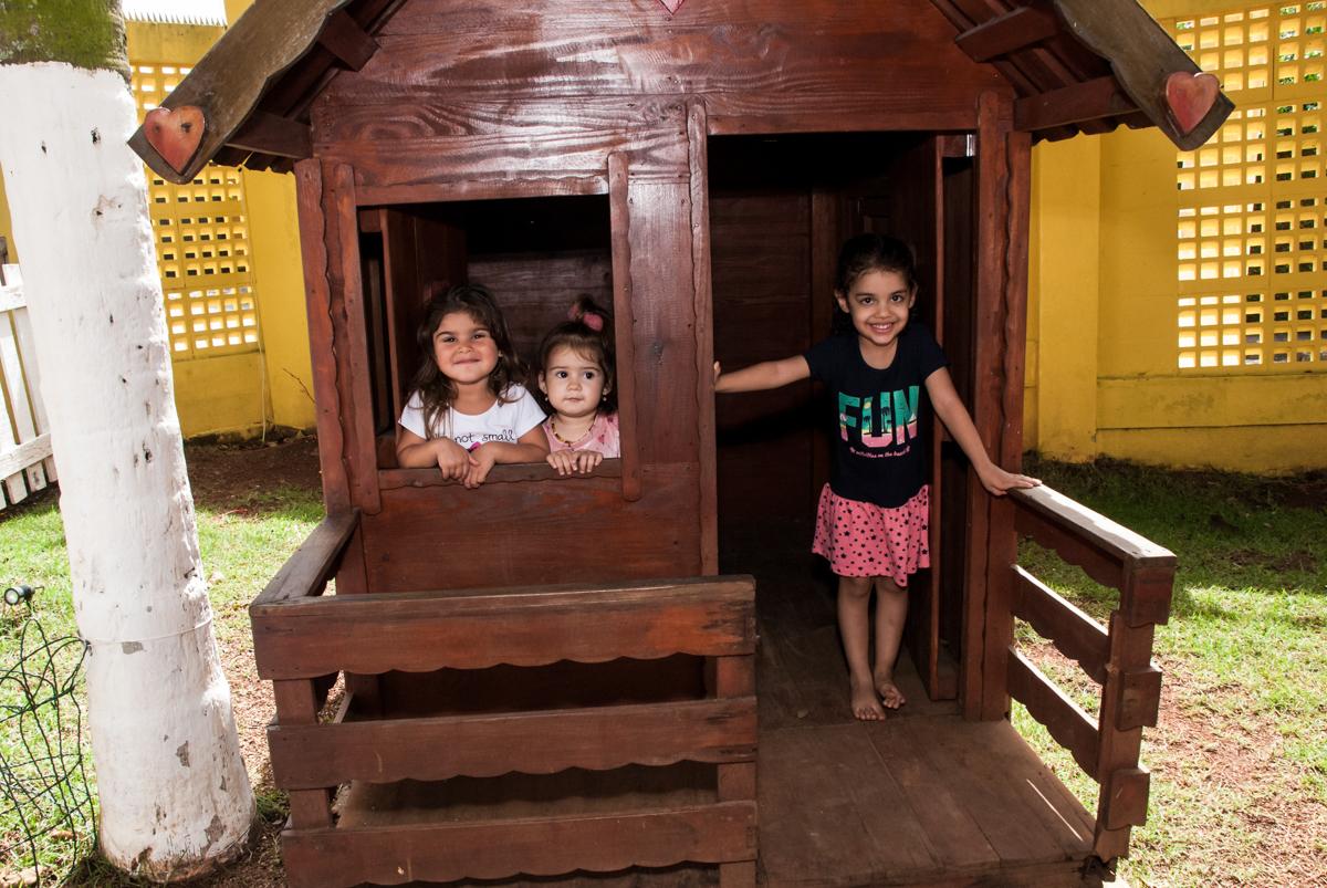 as crianças brincam na casinha no Buffet Grand Kid's, Cotia São Paulo, aniversário de Joseph 1 ano, tema da festa páscoa