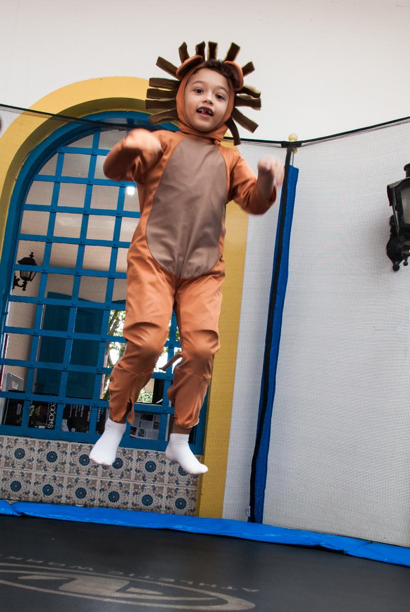 o leãozinho brinca na cama elástica no Buffet Grand Kid's, Cotia São Paulo, aniversário de Joseph 1 ano, tema da festa páscoa