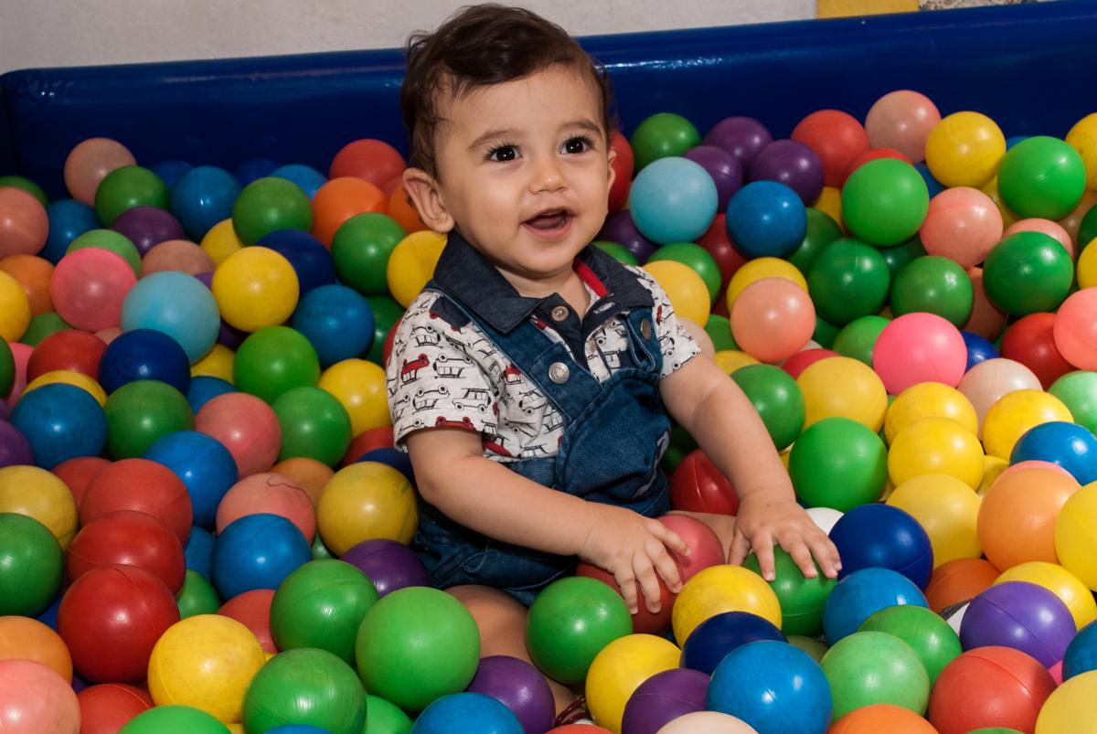brincando com bolinhas coloridas no Buffet Grand Kid's, Cotia São Paulo, aniversário de Joseph 1 ano, tema da festa páscoa
