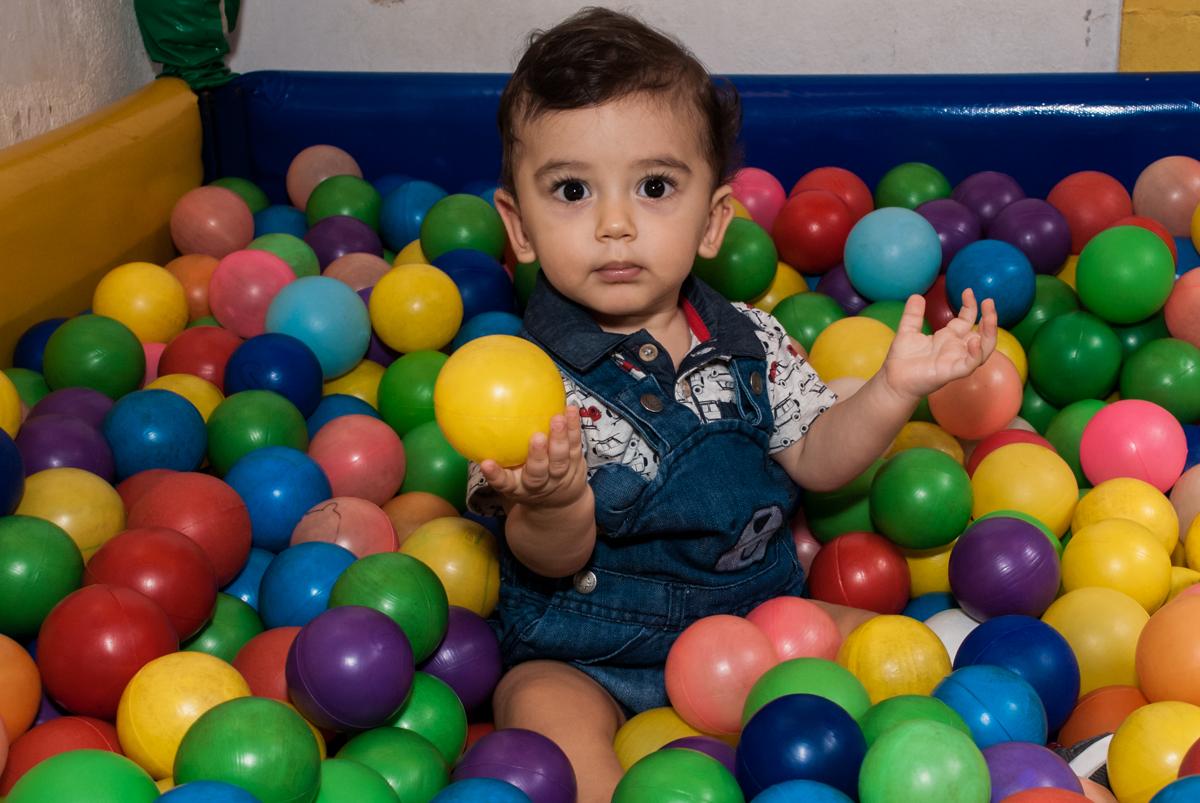 jogando bolinhas para cima no Buffet Grand Kid's, Cotia São Paulo, aniversário de Joseph 1 ano, tema da festa páscoa