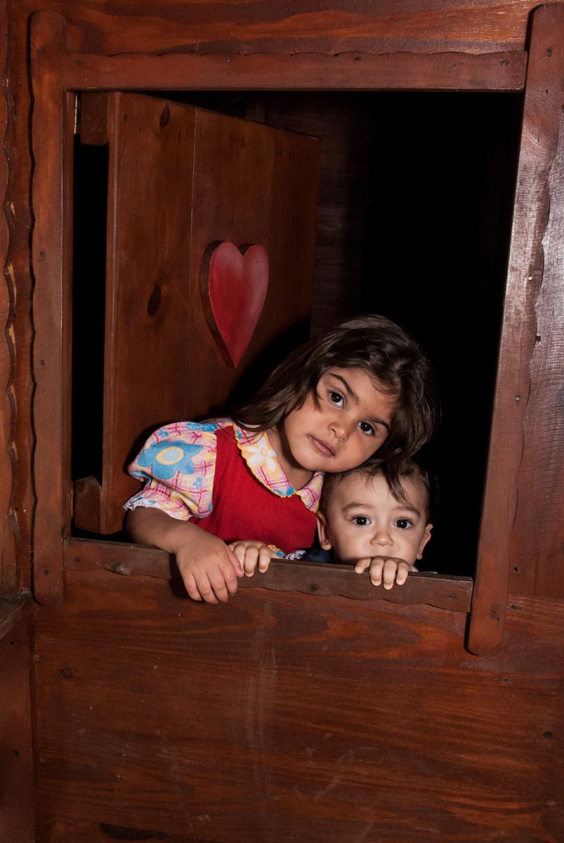 foto na janela da casinh no Buffet Grand Kid's, Cotia São Paulo, aniversário de Joseph 1 ano, tema da festa páscoa