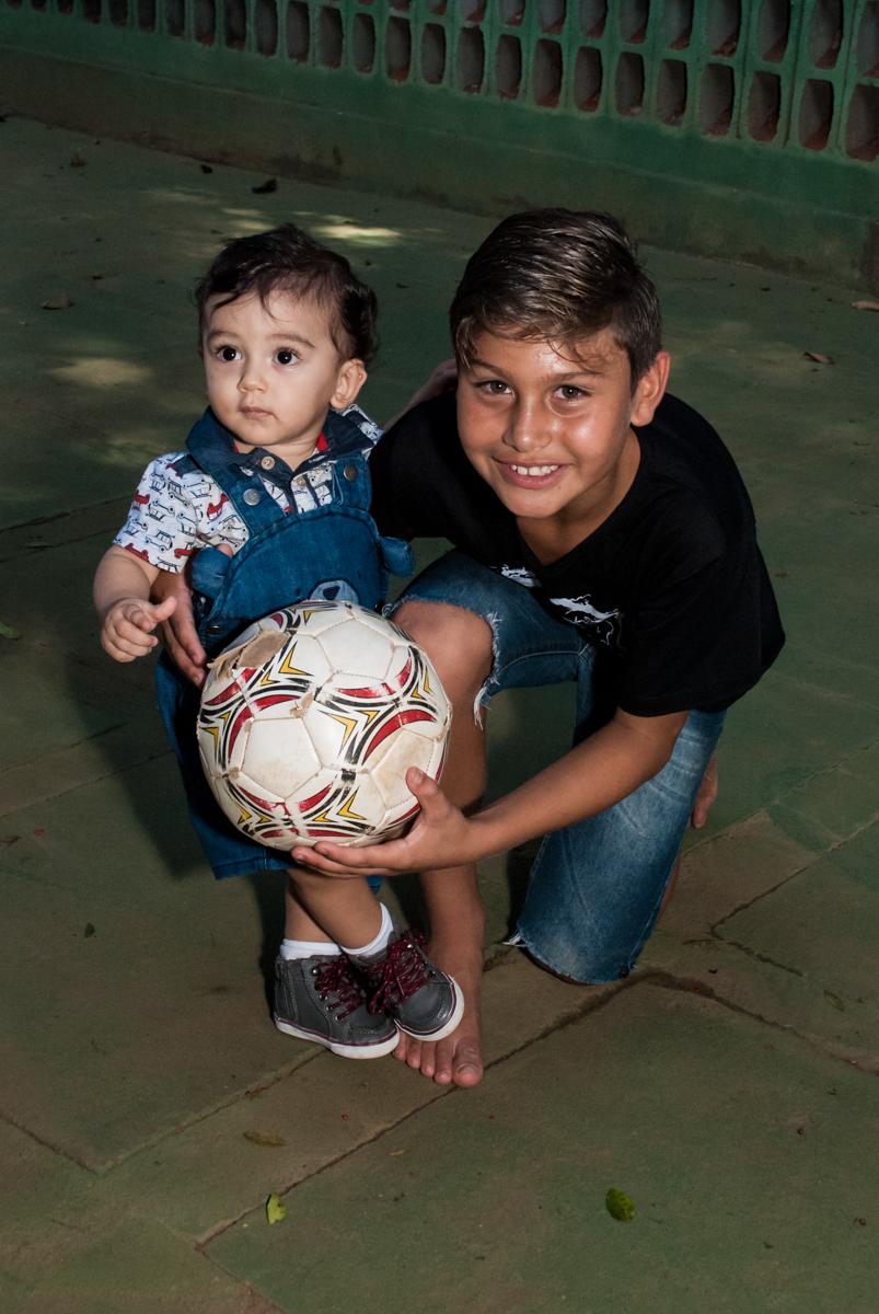 jogo de futebol animado no Buffet Grand Kid's, Cotia São Paulo, aniversário de Joseph 1 ano, tema da festa páscoa