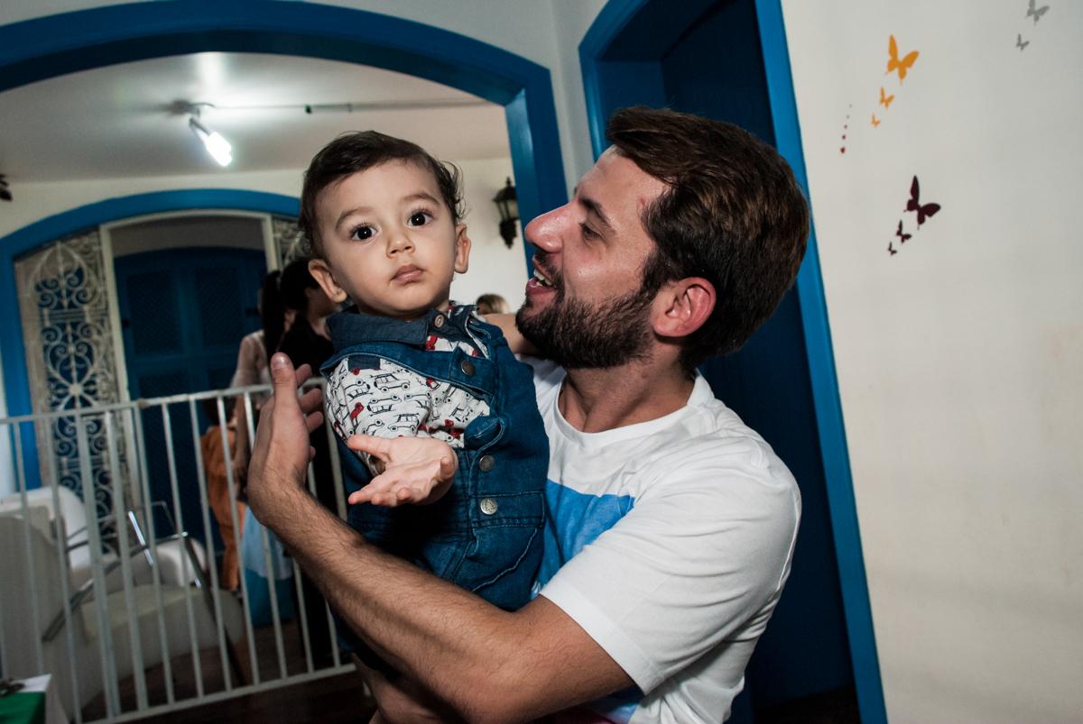 foto com o titio no Buffet Grand Kid's, Cotia São Paulo, aniversário de Joseph 1 ano, tema da festa páscoa