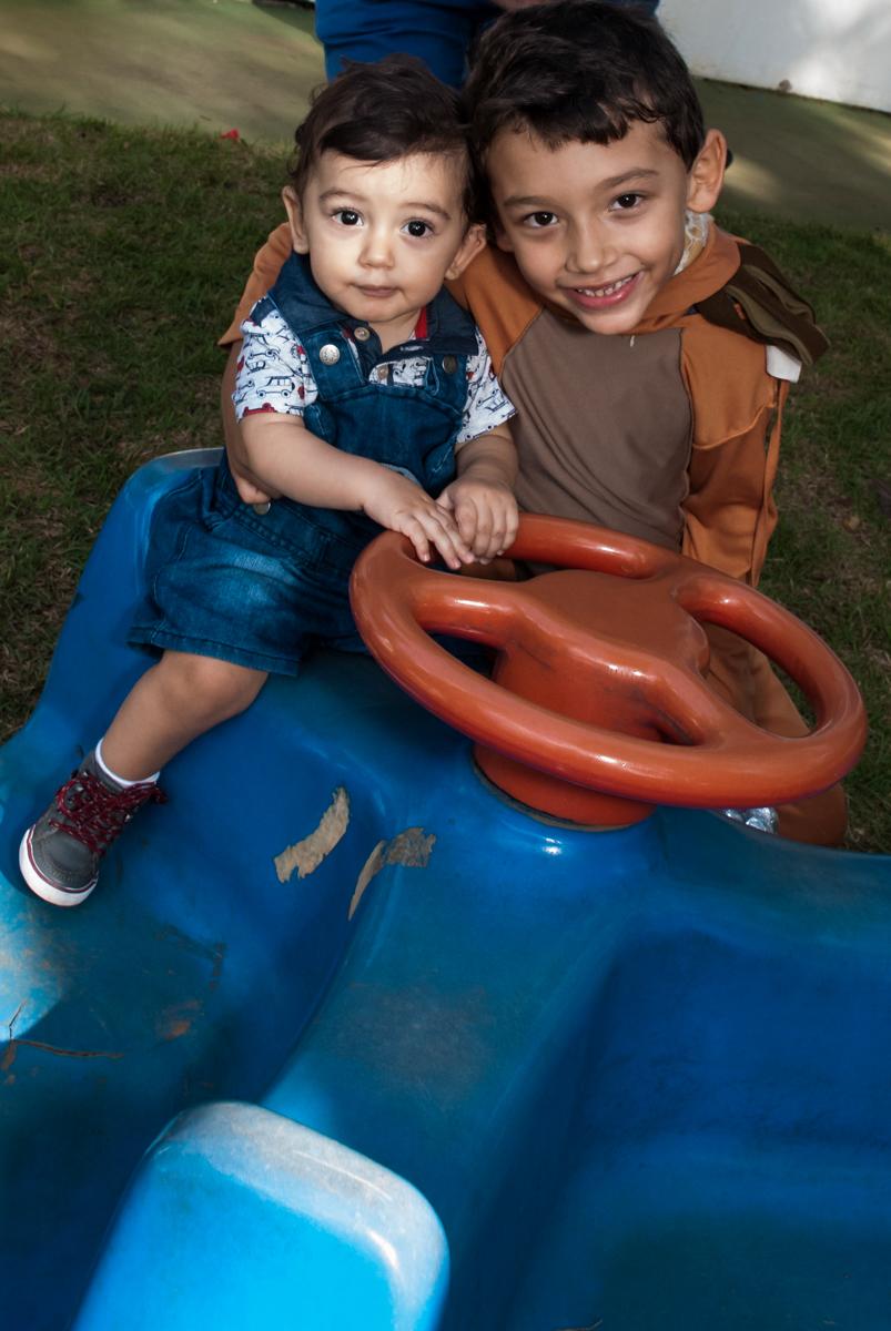 brincando com o irmão no Buffet Grand Kid's, Cotia São Paulo, aniversário de Joseph 1 ano, tema da festa páscoa
