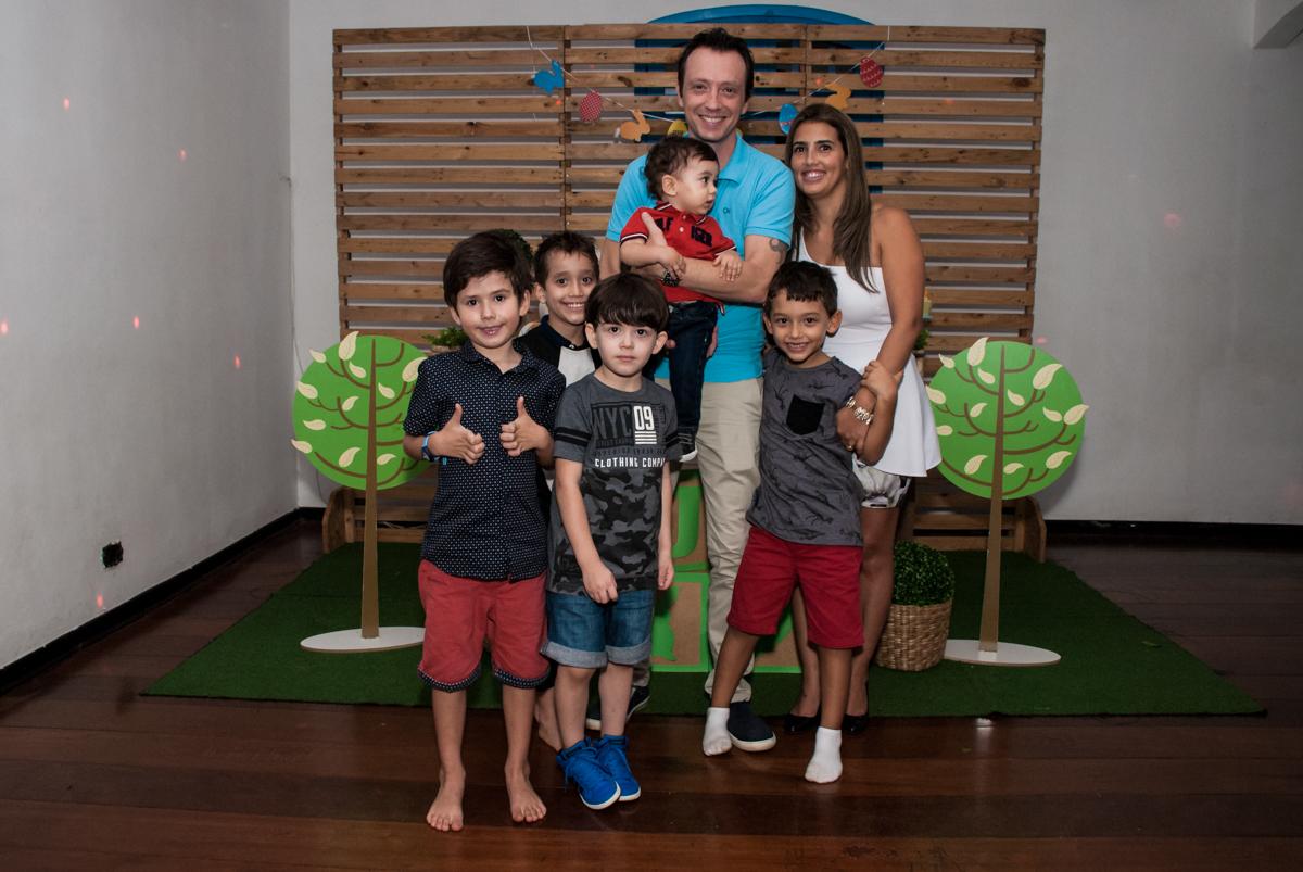 foto com a família e amigos no Buffet Grand Kid's, Cotia São Paulo, aniversário de Joseph 1 ano, tema da festa páscoa