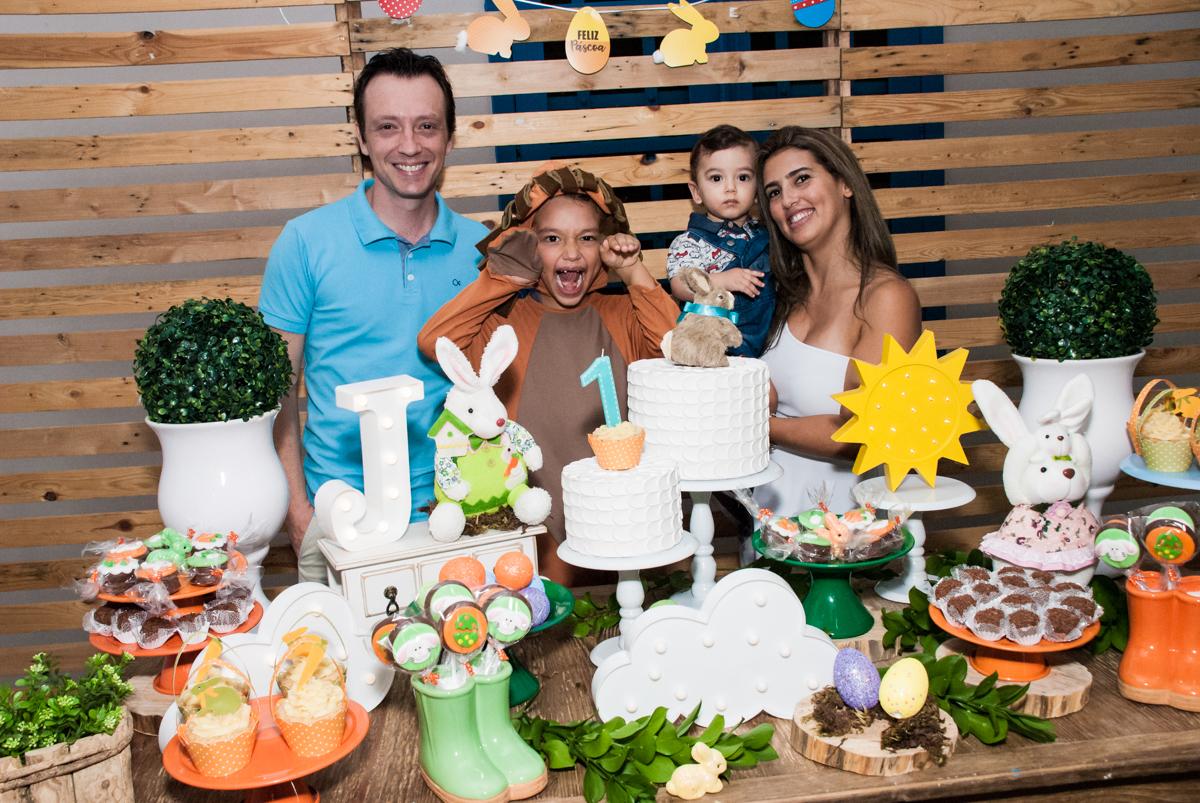 família feliz no Buffet Grand Kid's, Cotia São Paulo, aniversário de Joseph 1 ano, tema da festa páscoa