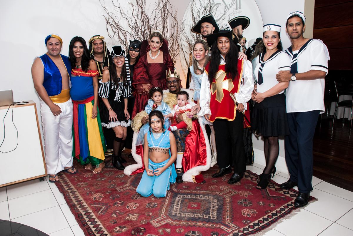fotografia de toda família na festa adulto aniversário de Da Silva 60 anos, tema da festa fantasia