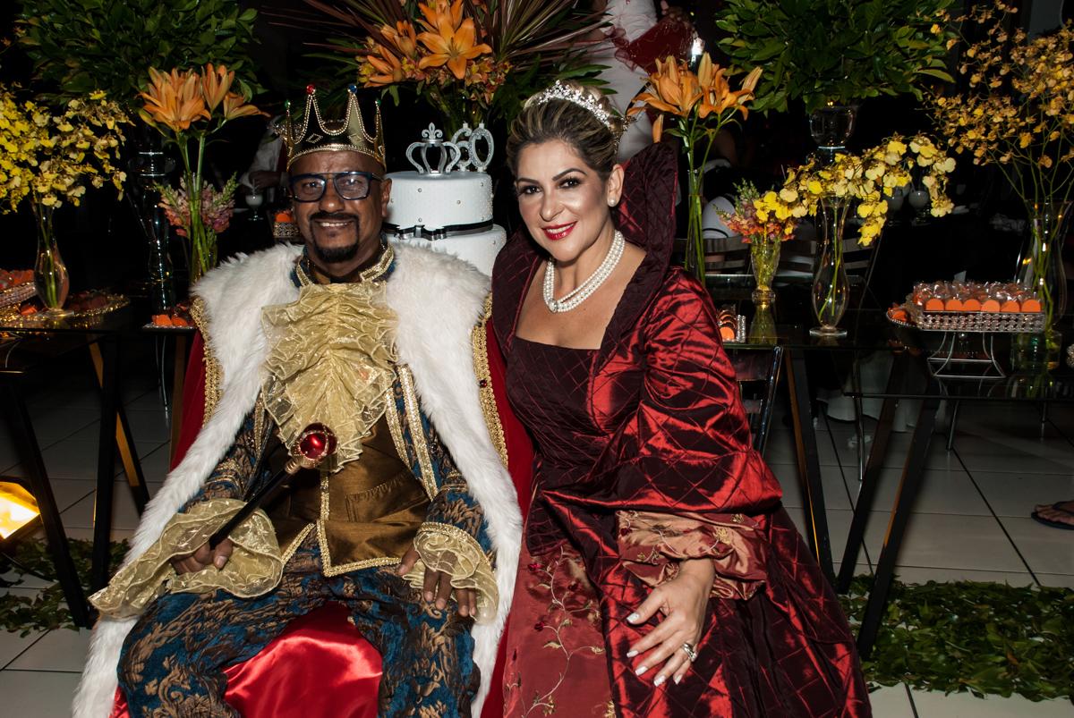 O casal está feliz na festa adulto aniversário de Da Silva 60 anos, tema da festa fantasia