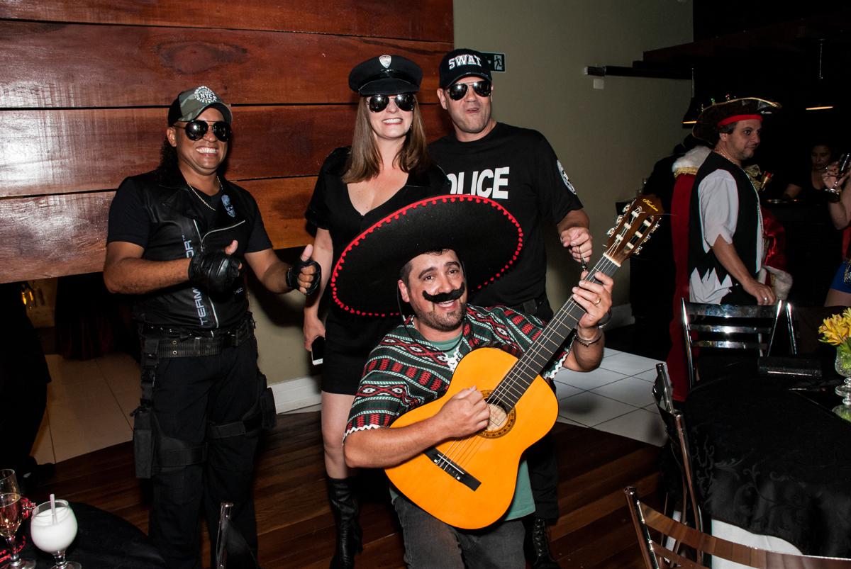 recepção dos amigos com musicas no festa adulto aniversário de Da Silva 60 anos, tema da festa fantasia