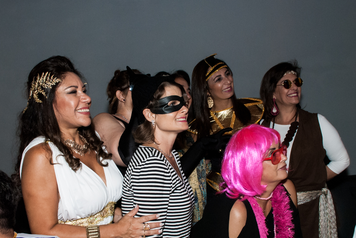 assistindo a retrospectiva na festa adulto aniversário de Da Silva 60 anos, tema da festa fantasia