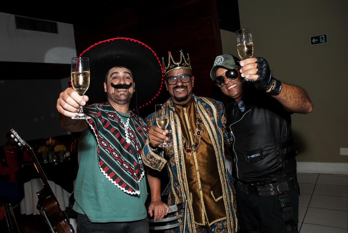 posando para a foto na festa adulto aniversário de Da Silva 60 anos, tema da festa fantasia