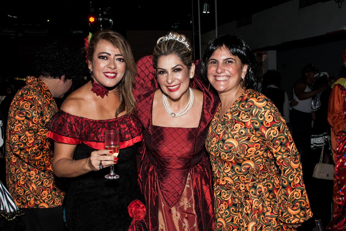 as amigas também querem fazer foto na festa adulto aniversário de Da Silva 60 anos, tema da festa fantasia