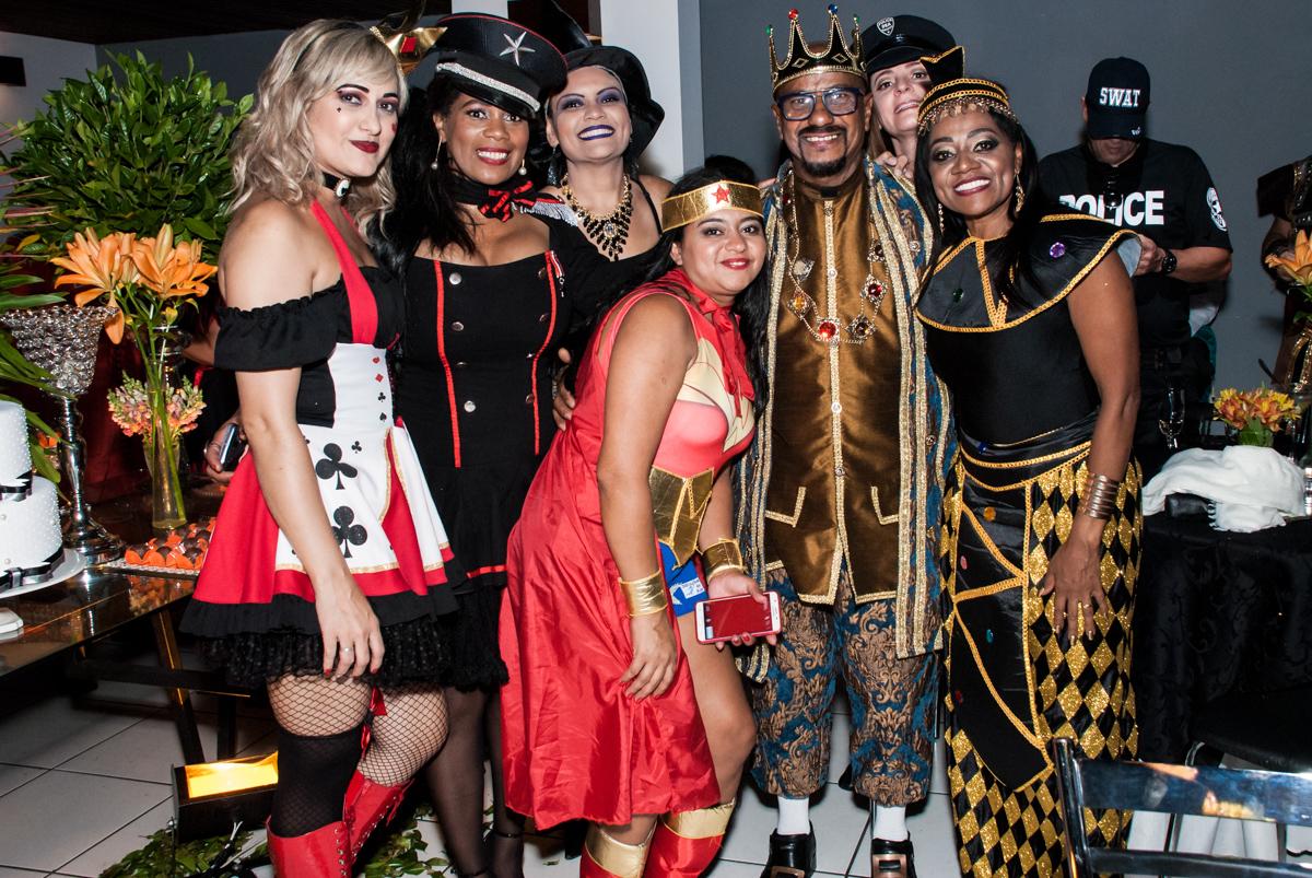 todos com fantasia posando para a foto na festa adulto aniversário de Da Silva 60 anos, tema da festa fantasia