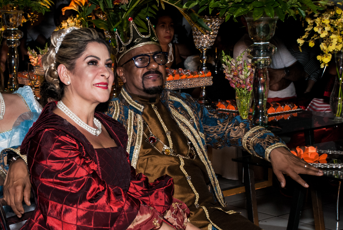 concentrados para assistir a retrospectiva na festa adulto aniversário de Da Silva 60 anos, tema da festa fantasia