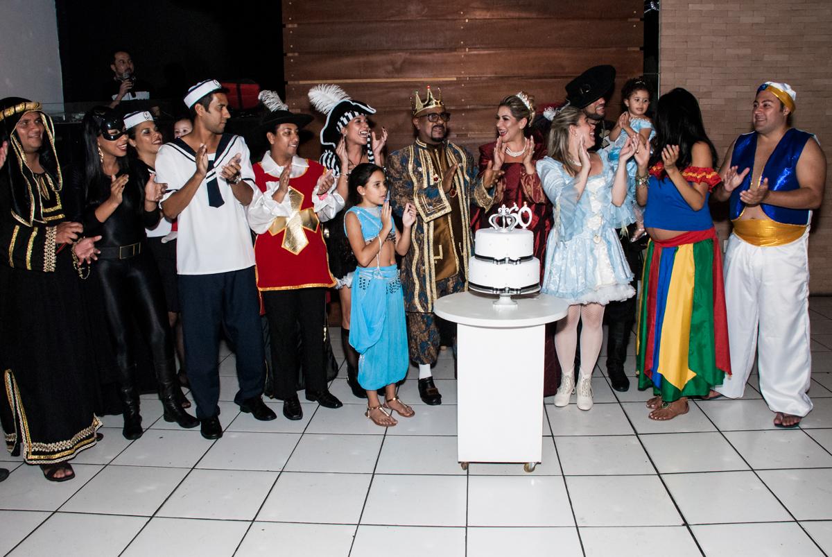 hora do parabéns na festa adulto aniversário de Da Silva 60 anos, tema da festa fantasia