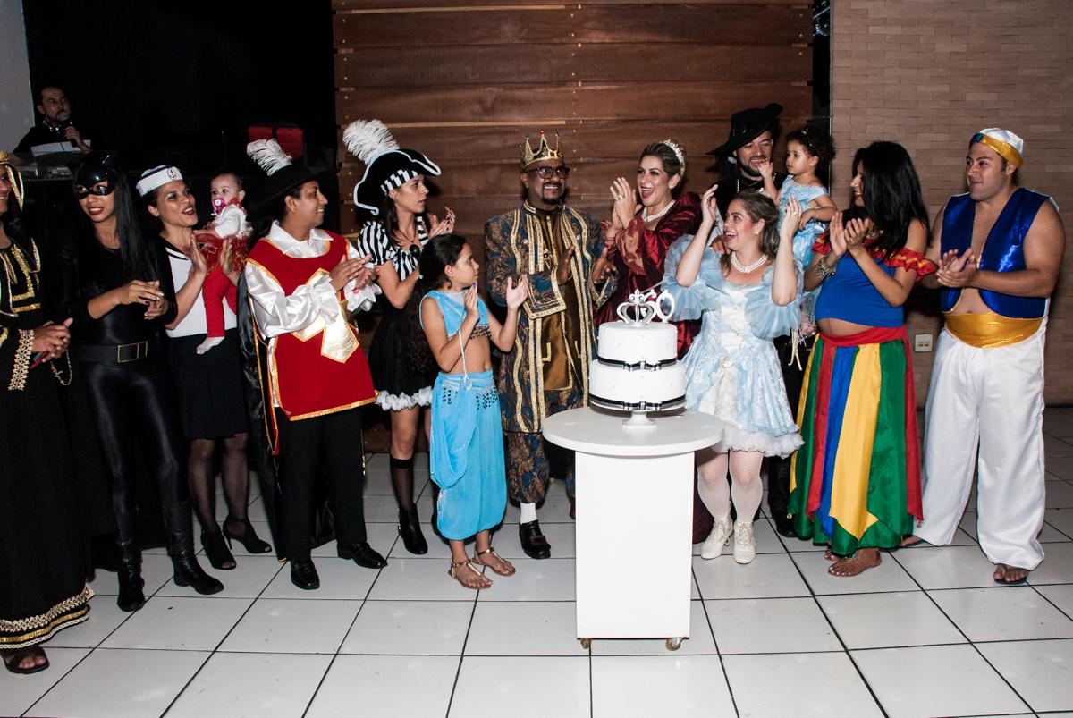 Parabéns animado na festa adulto aniversário de Da Silva 60 anos, tema da festa fantasia