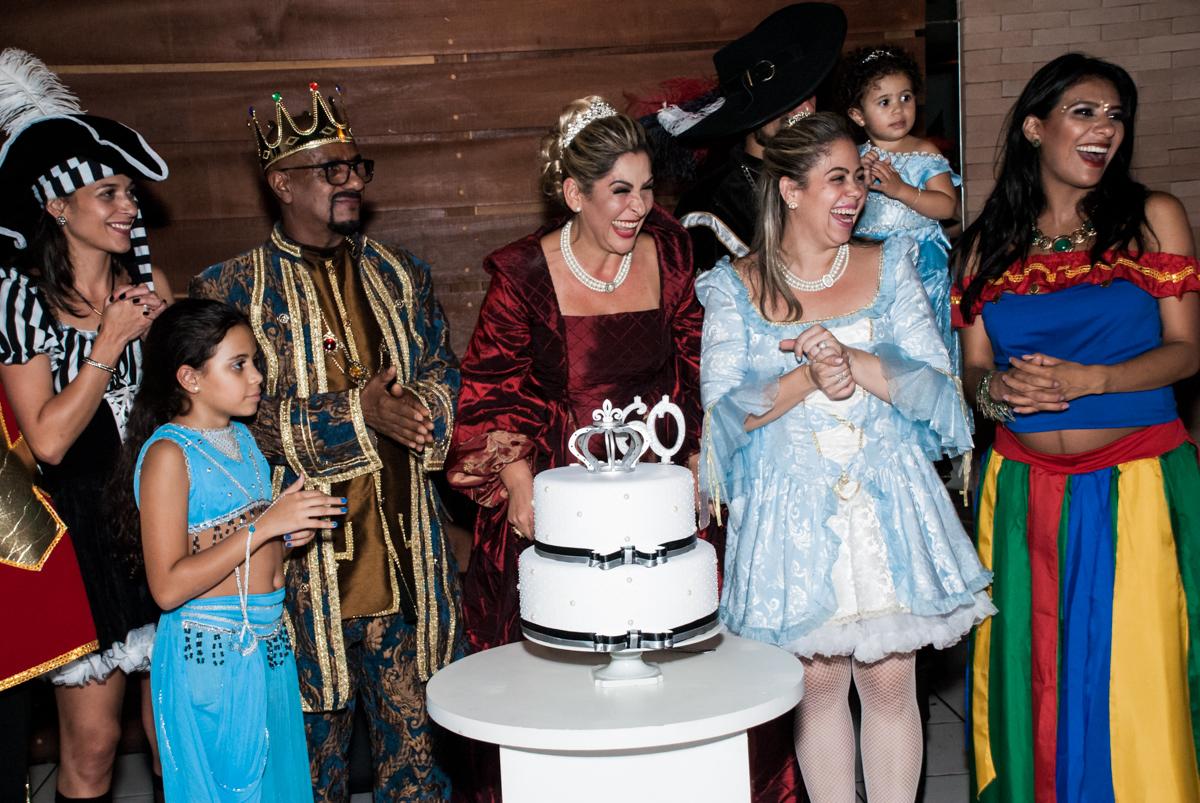 hora de receber o presente na festa adulto aniversário de Da Silva 60 anos, tema da festa fantasia