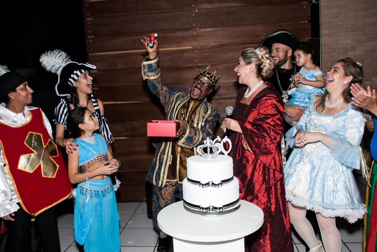presente surpresa na festa adulto aniversário de Da Silva 60 anos, tema da festa fantasia