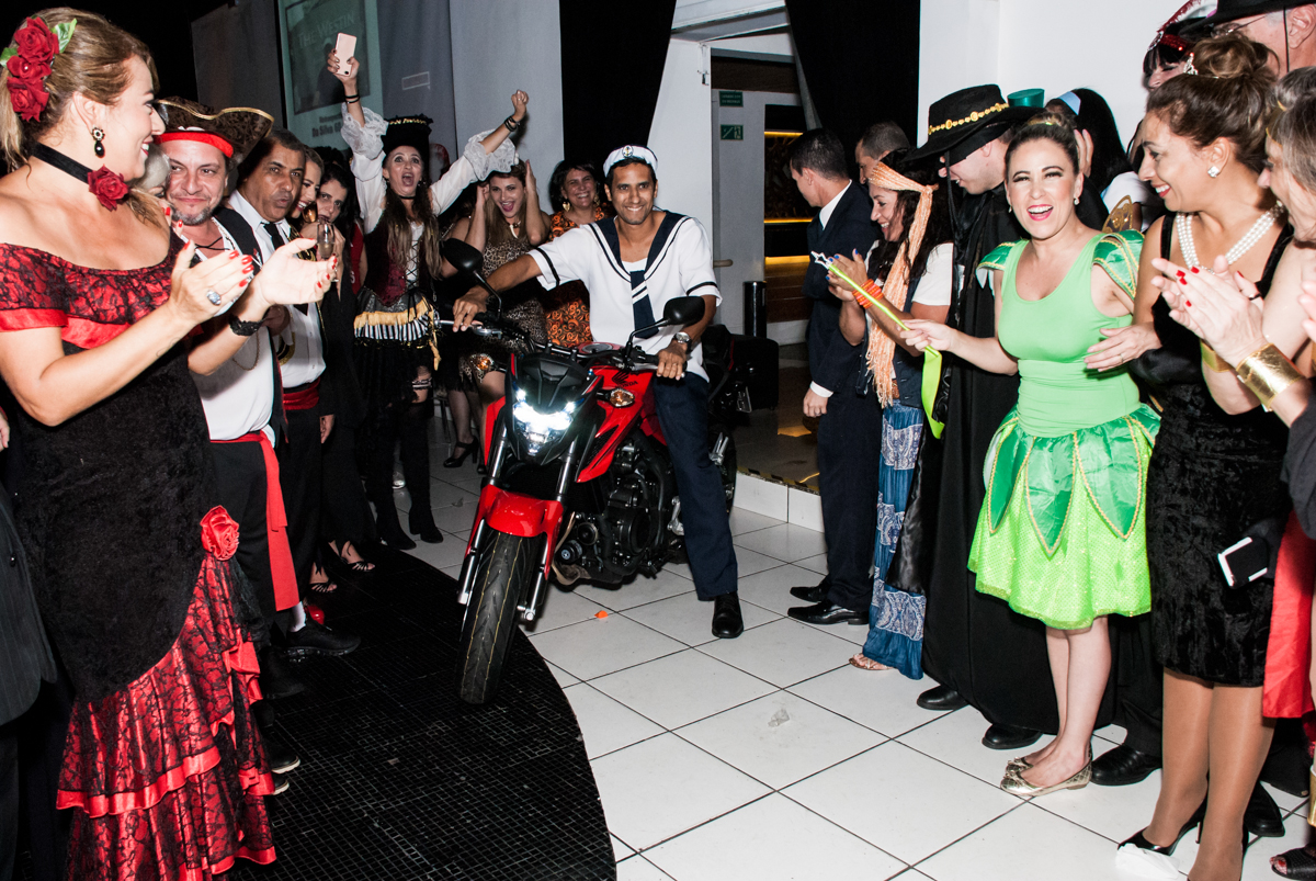 chegando o presente surpresa na festa adulto aniversário de Da Silva 60 anos, tema da festa fantasia