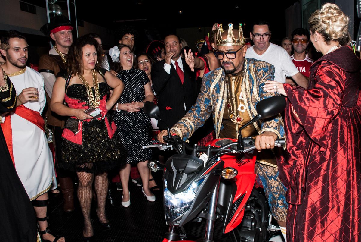 ganhando uma moto de presente na festa adulto aniversário de Da Silva 60 anos, tema da festa fantasia