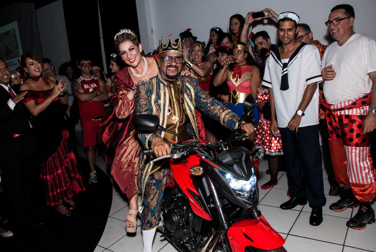 experimentando o presente na festa adulto aniversário de Da Silva 60 anos, tema da festa fantasia