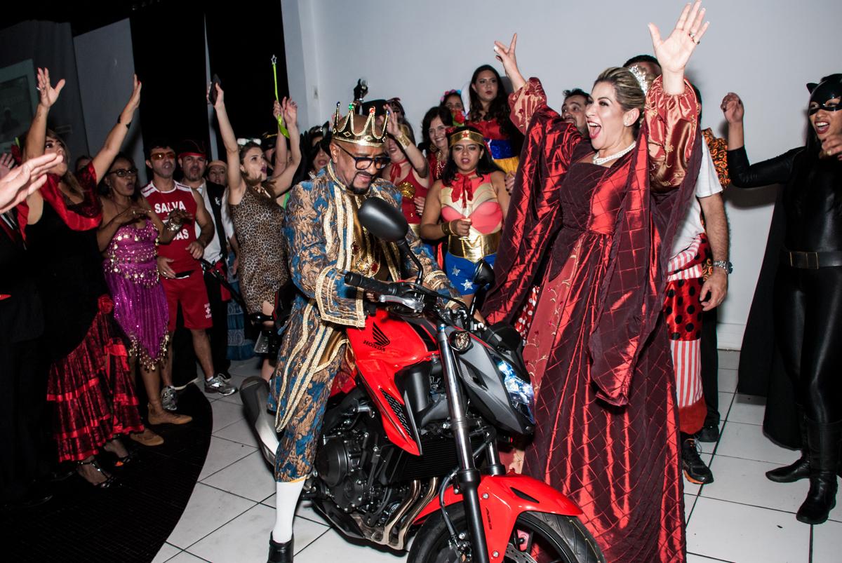 muito feliz com o presente na festa adulto aniversário de Da Silva 60 anos, tema da festa fantasia