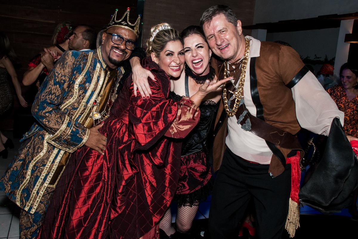 foto com os amigos na festa adulto aniversário de Da Silva 60 anos, tema da festa fantasia
