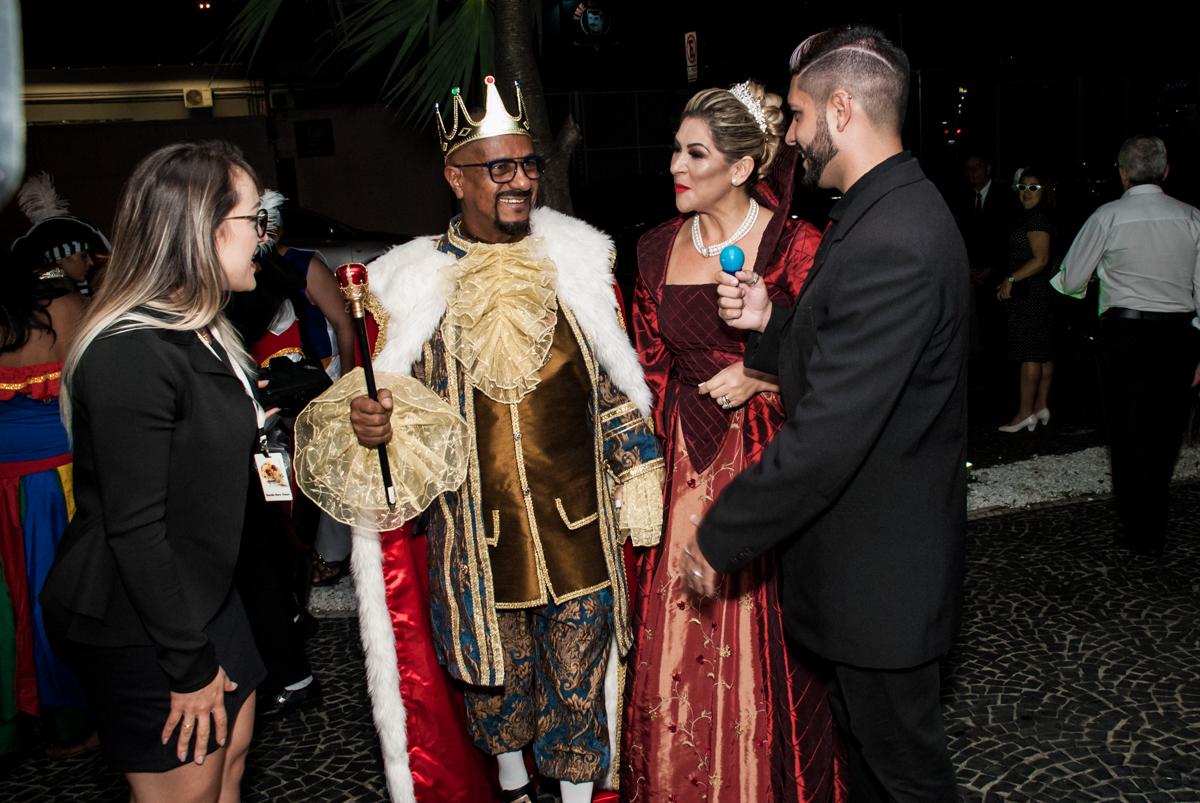 aniversariante sendo recebido pelos jornalistas, sendo fotografado fotografia, fotografo festa adulto aniversário de Da Silva 60 anos, tema da festa fantasia