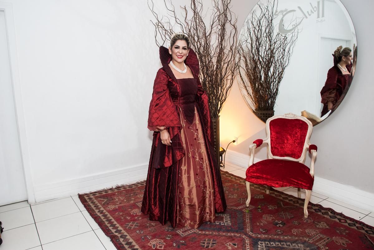 posando para a fotografia na festa adulto aniversário de Da Silva 60 anos, tema da festa fantasia