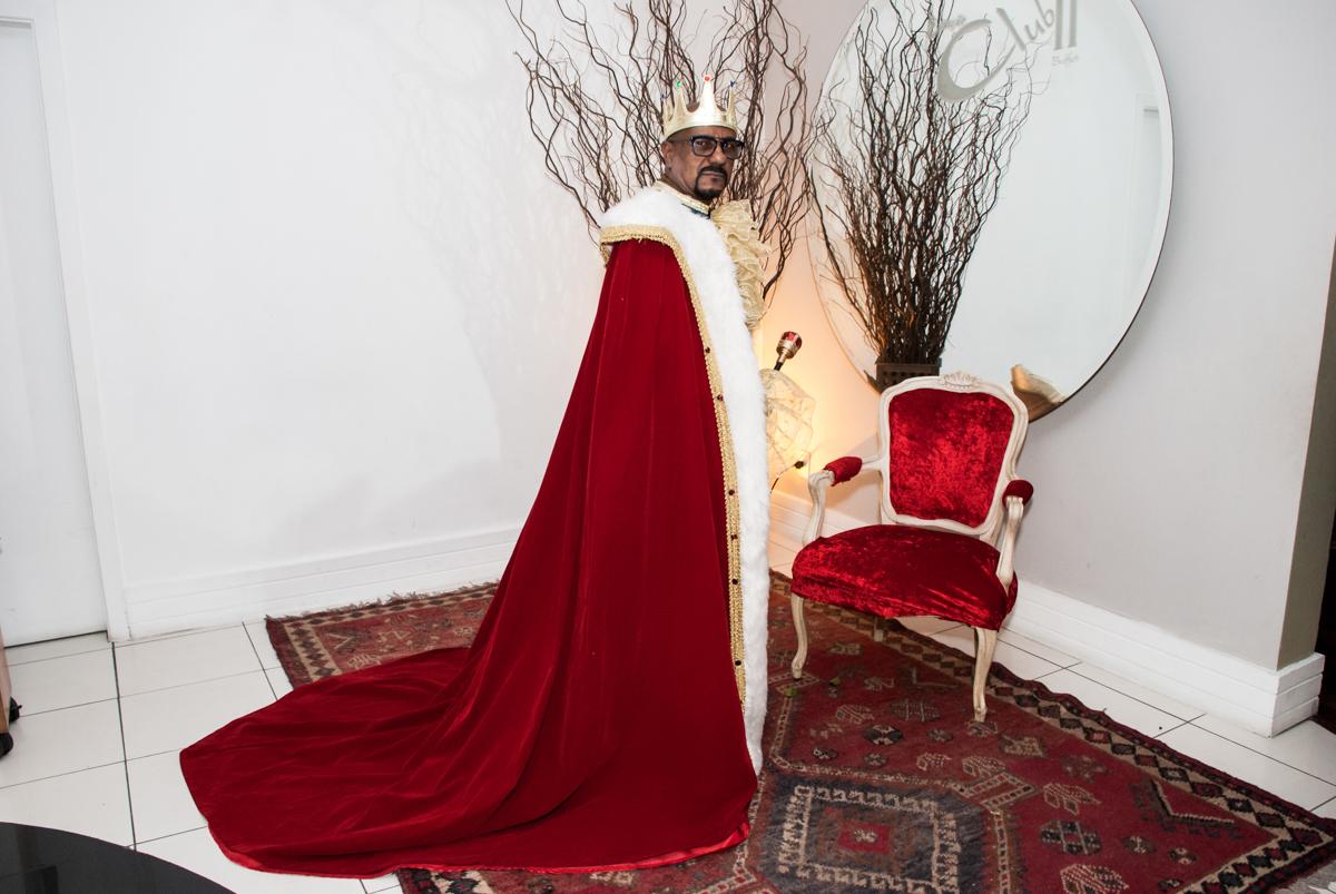 fantasia de rei na festa adulto aniversário de Da Silva 60 anos, tema da festa fantasia