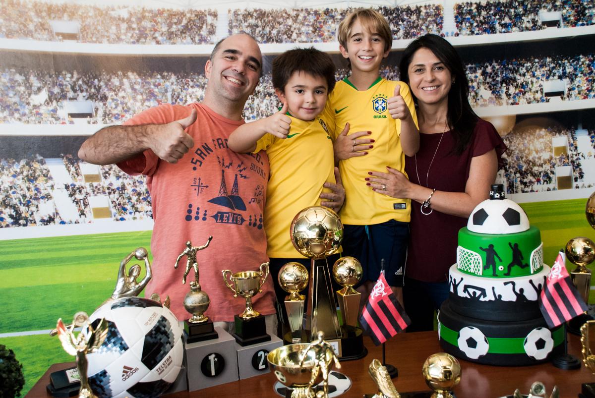 fotografia da família na mesa temática
