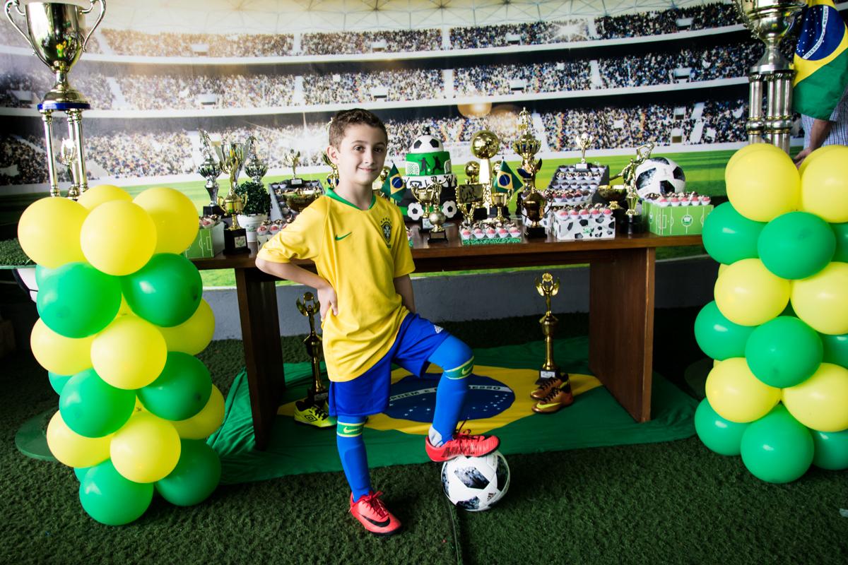 O aniversariante está feliz vestido o uniforme da seleção Brasileira