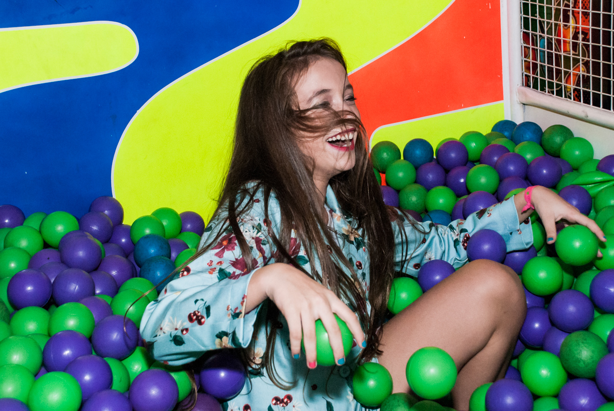 brincadeira divertida na piscina de bolinhas