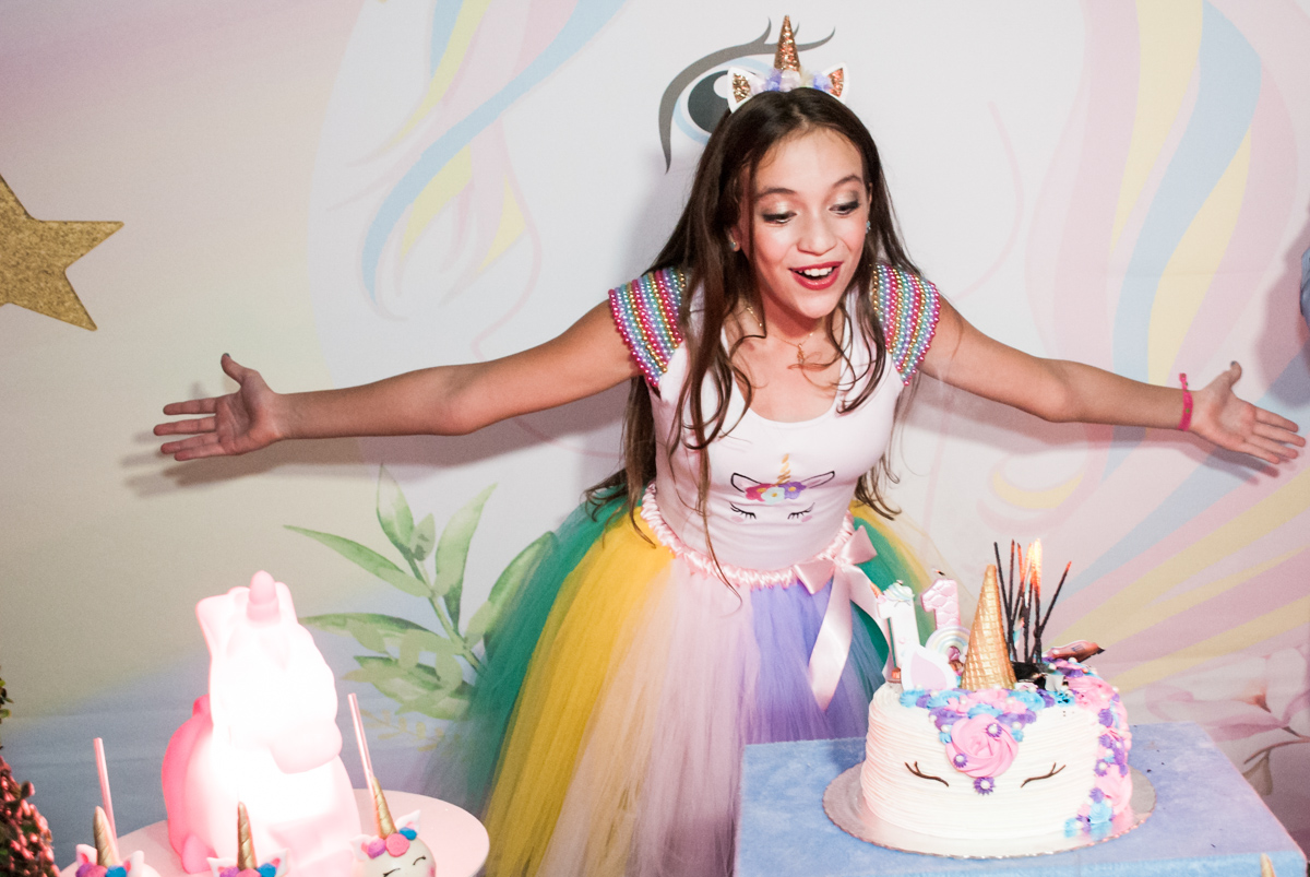 soprando a vela do bolo