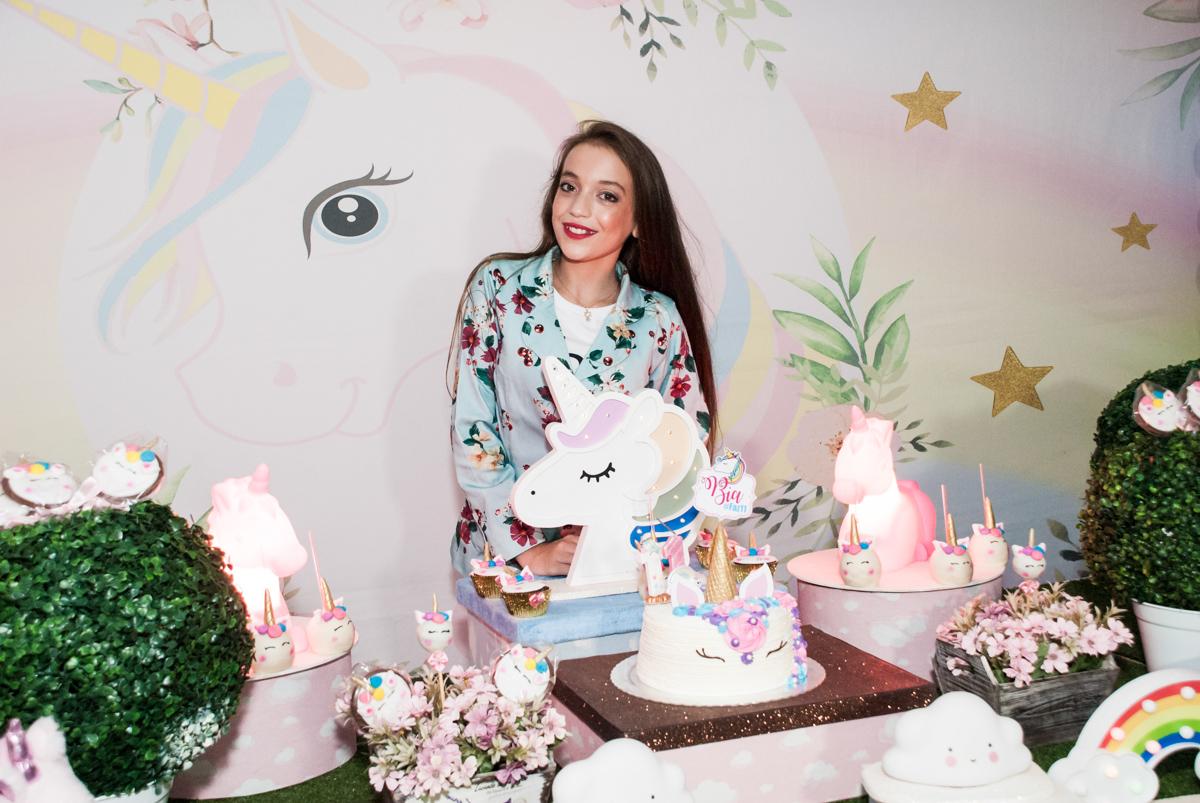 na mesa do bolo sendo fotografada