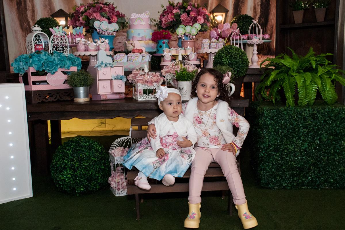 as duas irmãs posam para a foto na mesa temática