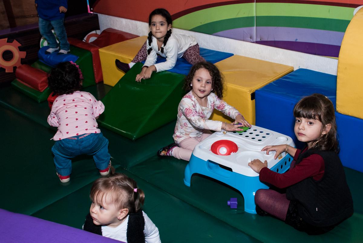 as crianças brincam na área beby