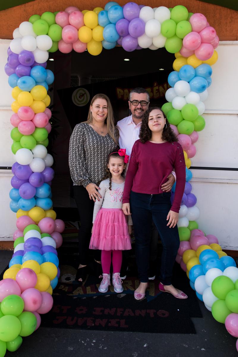 fotografia da família no arco de bexigas