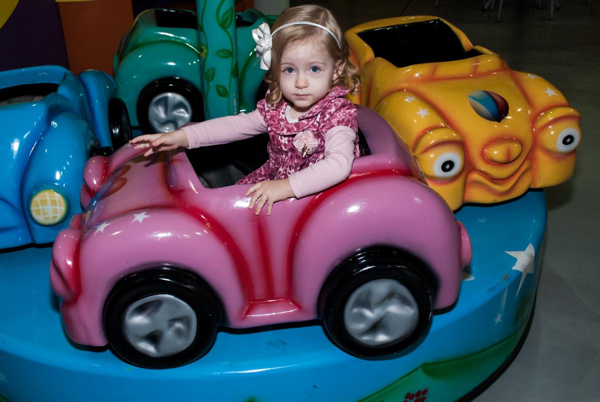 A convidada brinca no carrossel