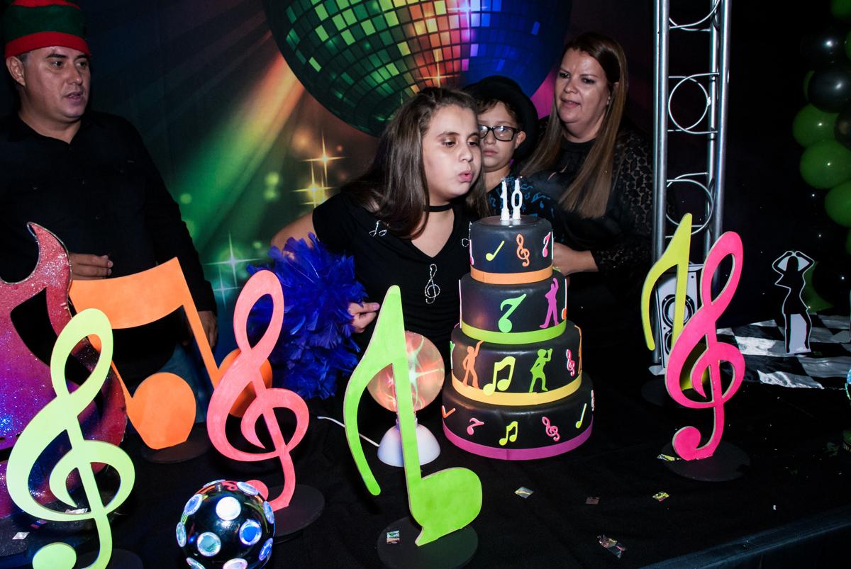 A Julia sopra a vela do bolo